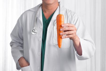 看護師や男性医師がリンゴを笑顔で見る。白い背景に隔離されたヘルスケアの概念。