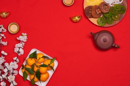 ベトナムテトの休日のためのベトナム料理、また、アジアの旧正月、キウイ、ダムソンジャム、または緑の木の背景を持つ白いプレートに設定され 写真素材