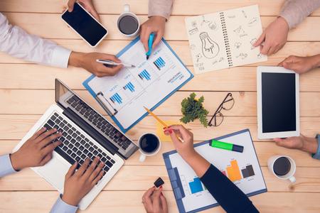 職場のトップビュー。プロジェクトを議論するビジネス パートナー