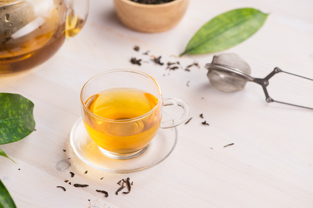 Tee-Konzept . Glastasse Tee auf Holzuntergrund