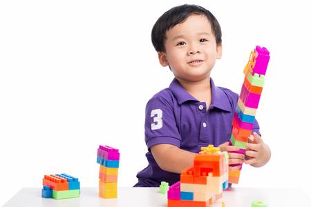 Jongetje spelen met blokken van speelgoedconstructor geïsoleerd Stockfoto