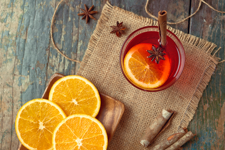 Christmas mulled wine on a rustic wooden table. Holidays concept. Zdjęcie Seryjne - 92310433