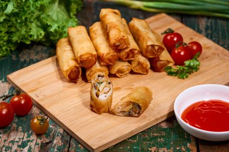 ベトナム料理おいしい自家製の春巻き木製のテーブル。 写真素材
