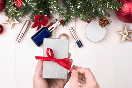 나무 배경에 선물 상자 화장품 스톡 콘텐츠