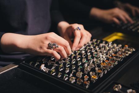 Presentatie van retail-showcase in juwelierszaak met ringen