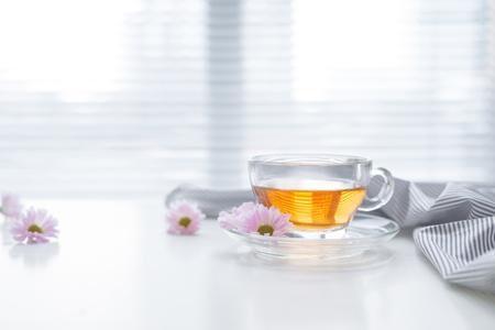 Taza de té en el alféizar de la ventana. La hora del té. Foto de archivo