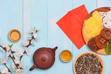 フラットレイ中国の新年新年テーブルトップショット。幼児はテーブルから食べ物を盗む。