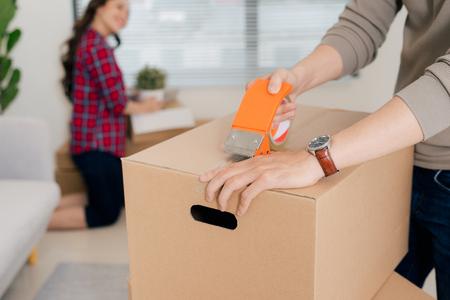 幸せな若いカップルは、パッケージボックスで新しいアパートに移動します 写真素材