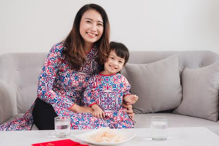 베트남 어머니와 딸 집에서 새 해를 축 하합니다. 테트 홀리데이. 스톡 콘텐츠
