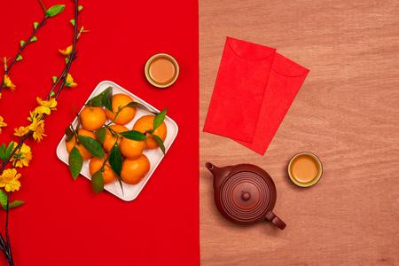 Overhead van top decoraties Chinees Nieuwjaar feestelijke achtergrond concept.Mix verscheidenheid essentieel accessoire op het moderne grunge bruin tafeltje kantoor bureau.Other taal betekent rijk of rijk en gelukkig.