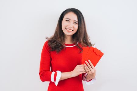 旧正月のための幸運なお金の封筒を持つベトナムの女性