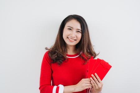 Vietnamese vrouw met gelukkige geldomslagen voor maan nieuw jaar