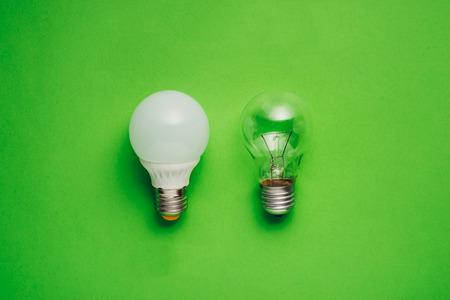 전구 및 텅스텐 전구로 아이디어 개념