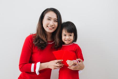 De Vietnamese moeder en de dochter vieren nieuw jaar thuis. Tet Holiday.