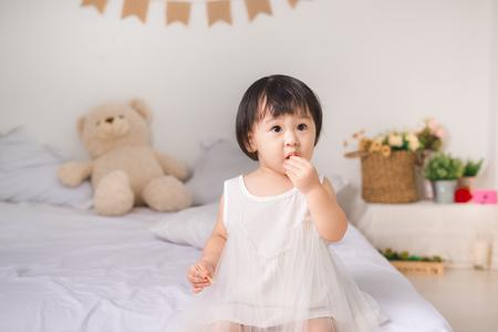自宅でクッキーを食べるかわいい女の子