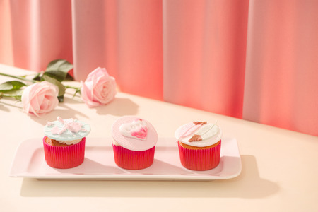 Many yummy cupcakes. Valentine sweet love cupcake on table on light background Stok Fotoğraf - 93451539
