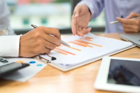Homme d'affaires en calculant les numéros de budget, les factures et le conseiller financier travaillant. Banque d'images - 93546560