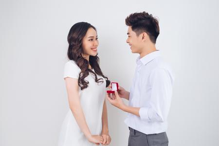Gelukkig mooi Vietnamees haar vriend bekijken en meisje die terwijl het krijgen van een aanzoek glimlachen