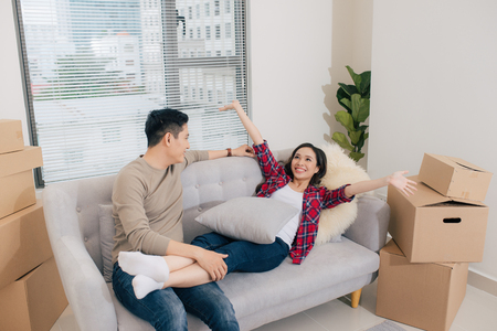 Couple planning decoration new home in the living room Banque d'images