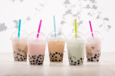 Fefreshing iced milky bubble tea with tapioca pearls in plastic cup Standard-Bild