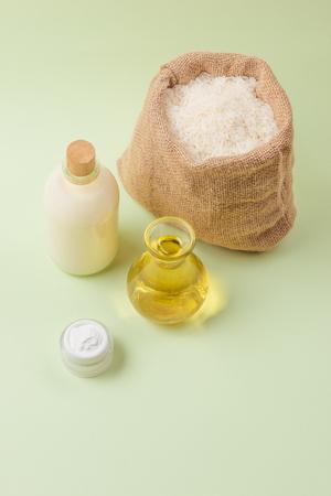 Milk and rice in bowl on light background. Zdjęcie Seryjne - 94780642