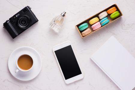 여자 사무실 책상 화장품, 디지털 태블릿, 커피와 다채로운 마 카 롱 컵, 상위 뷰