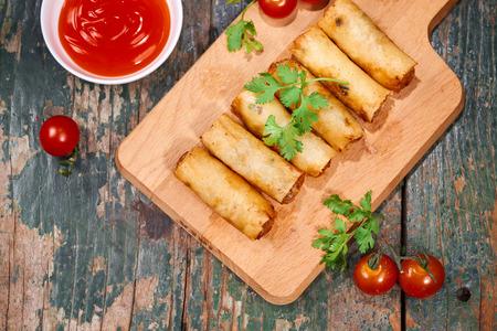 Cibo vietnamita. Deliziosi involtini primavera fatti in casa sul tavolo di legno.