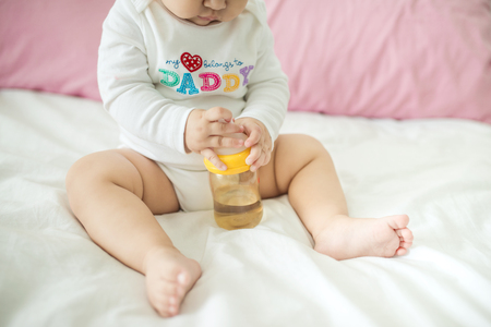 집에 물통을 들고 달콤한 아기 소녀입니다.