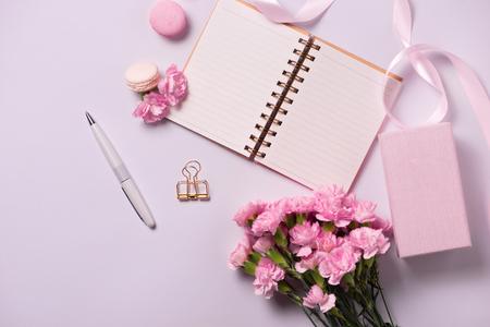 Wedding to do list with flowers. Mockup planner flat lay. Zdjęcie Seryjne