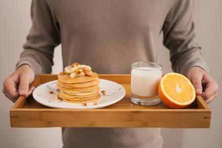 朝食を提供します。バナナパンケーキ、蜂蜜とナッツ 写真素材
