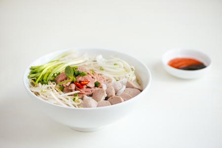Een kom traditionele Vietnamese Pho-noedel