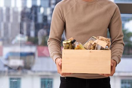 貧しい人のための食べ物の箱を持つボランティア。寄付コンセプト。