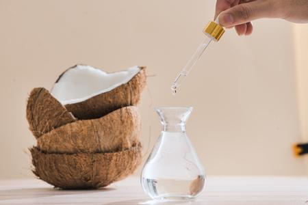 건강한 스킨 케어. 순수한 코코넛 오일은 나무 배경에 유기농 코코넛으로 만들어집니다. 스톡 콘텐츠 - 97608946