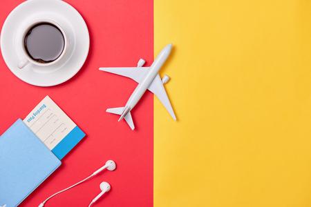 オンライン旅行予約のコンセプト。木製の背景に飛行機のモデルとパスポート。