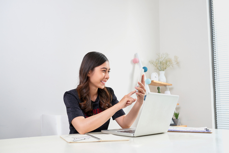 ejecutivo asiático mujer asiática sentado en el escritorio y trabajar en la computadora portátil