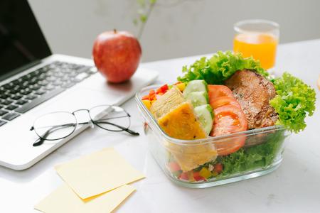 Eten op kantoor. Gezonde lunch voor het werk.