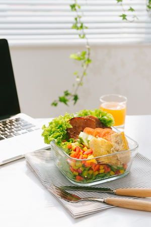 Food in the office. Healthy lunch for work. Foto de archivo