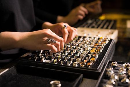 Prezentacja gabloty detalicznej w sklepie jubilerskim z pierścionkami Zdjęcie Seryjne