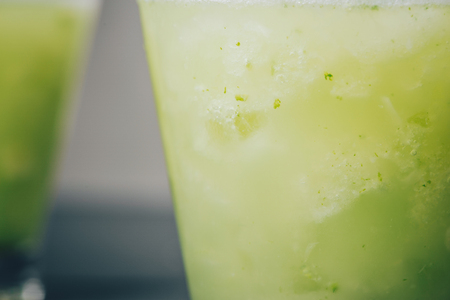 Cocktail juice with lime, mint and ice. Bar drink accessories on black table background. 스톡 콘텐츠