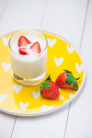 Strawberry Yoghurt. Healthy food with Strawberries and yoghurt breakfast on table. Banque d'images - 100900084