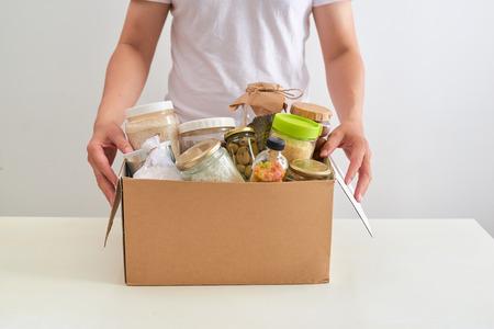Doe vrijwilligerswerk met een doos voedsel voor armen. Donatie concept. Stockfoto