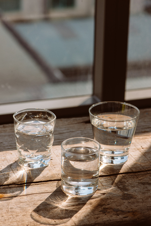 Drink a glass of water on a wooden floor. Reklamní fotografie
