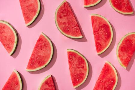 Wassermelonenmuster. Geschnittene Wassermelone auf weißem Hintergrund. Flache Lage, Draufsicht