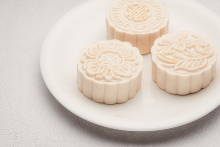 Snowy skin mooncakes. Chinese mid autumn festival foods. Traditional mooncakes on table 版權商用圖片