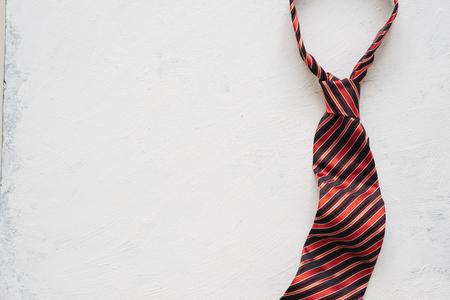 Inscripción del día del padre feliz con corbata colorida en el fondo del piso.