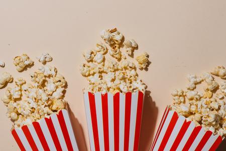 Popcorn in red and white cardboard. Top view Foto de archivo - 102931496