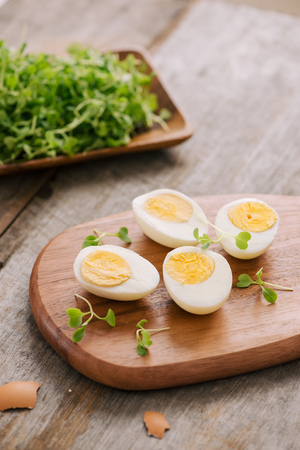 Couper les œufs durs en deux