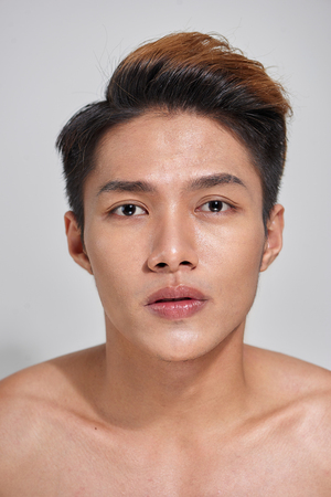 Attractive youthful naked male is expressing confidence Banque d'images - 103824672