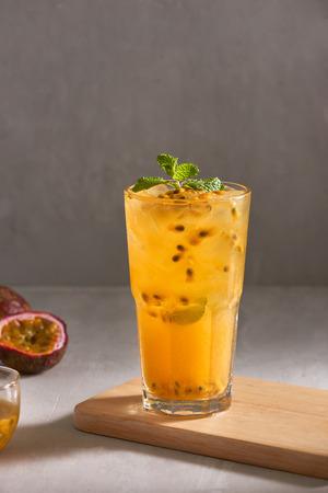 Glas vers drankje passievrucht thee.