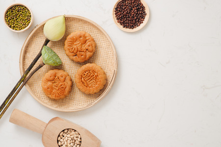 Moon cake traditional cake of Vietnamese - Chinese mid autumn festival food 版權商用圖片